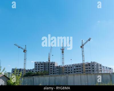 Sito in costruzione con molte gru contro il cielo Immagini Stock