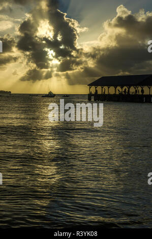 Hanalei Bay, Hanalei Pier, Hawaii, Kauai, barche, nuvole tramonto Immagini Stock