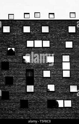La fotografia di strane finestre disposte su una casa. Immagini Stock
