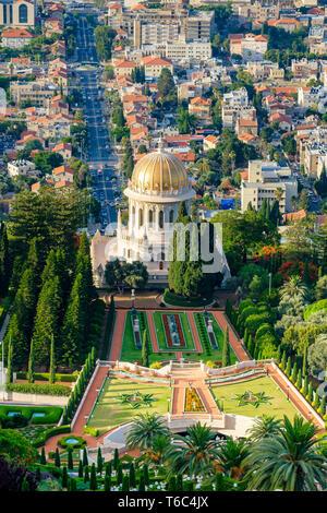 Israele, Distretto di Haifa, Haifa. Baha'i giardini e il santuario del Bab, e gli edifici nel centro cittadino di Haifa visto dal Monte Carmelo. Immagini Stock