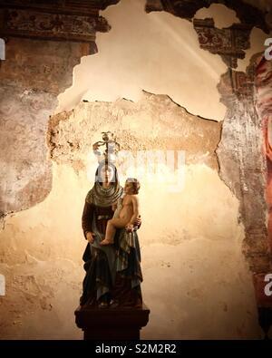Una immagine della Vergine Maria tenendo in braccio Gesù Bambino è visualizzato nella chiesa di Vila Ruiva, Cuba, Portogallo Immagini Stock