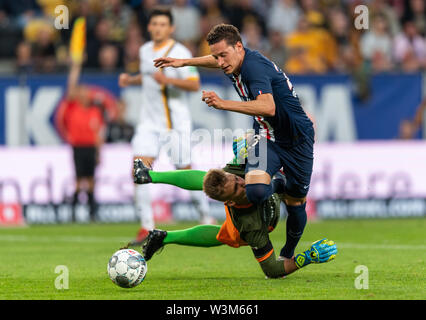 Dresden, Germania. 16 Luglio, 2019. Calcio, test match, SG Dynamo Dresden - Paris Saint-Germain, nel Rudolf-Harbig-Stadium. Parigino di Julian Draxler (r) contro la dinamo portiere Kevin Broll. Credito: Robert Michael/dpa-Zentralbild/dpa/Alamy Live News Immagini Stock