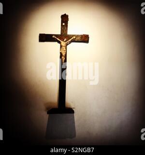 Un crocifisso decora la casa di Francesco e Giacinta Marto, due dei bambini che hanno ricevuto i messaggi dalla Vergine del Rosario di Fatima, Portogallo Immagini Stock