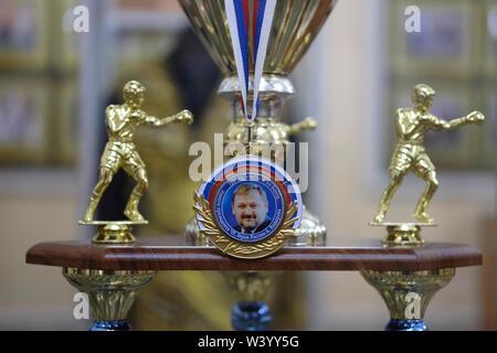 L'immagine di Akhmad Kadyrov ex capo della Repubblica cecena decora un dorato trofeo boxe visualizzato a Akhmat Kadyrov museum prepotentemente un santuario di Akhmat e Ramzan Kadyrov a Grozny la capitale della Cecenia nel Nord Caucaso Distretto federale della Russia. Immagini Stock