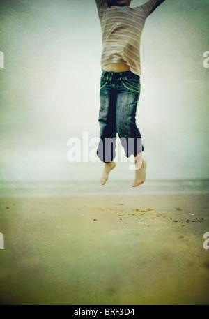 La ragazza del salto in aria Immagini Stock