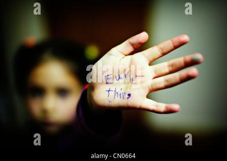 Ragazza con tutto ciò che è stato scritto sulla sua mano Immagini Stock
