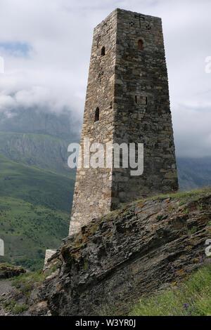 Un medievale torre di avvistamento sopra le rovine di Fiagdon borgo montano Kurtatinskoe gorge situato nella Repubblica del Nord Ossetia-Alania nel Nord Caucaso Distretto federale della Russia. Immagini Stock