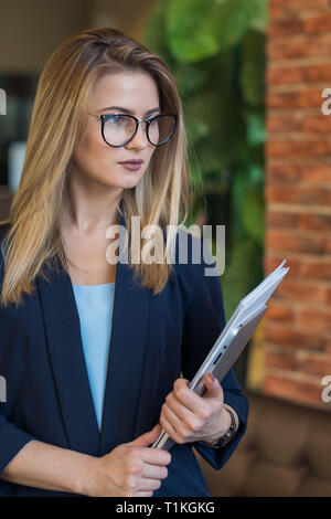 Ragazza di business con gli occhiali holding securities Immagini Stock