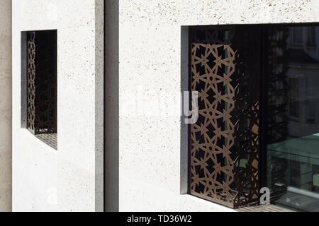 Dettaglio del bronzo lamiera nella finestra . Qatar Airways La sede centrale di Londra, Regno Unito. Architetto: PLP architettura, 2019. Immagini Stock