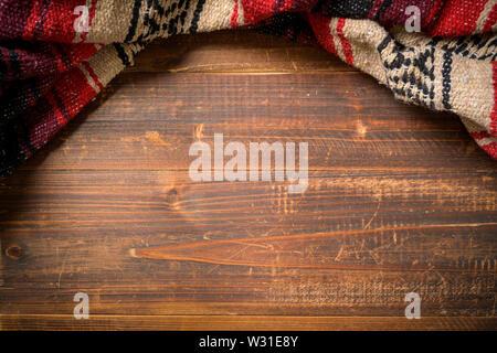 Serape messicano coperta su uno sfondo di legno Immagini Stock