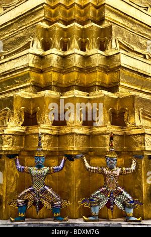 Thailandia, Bangkok, Wat Phra Kaew tempio vicino al Grand Palace, statue al Golden Chedi Immagini Stock