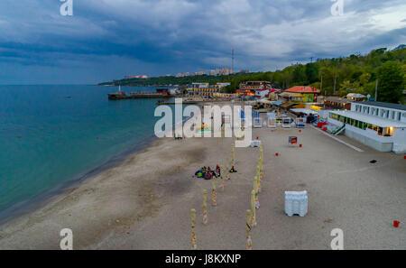 Serata sulla spiaggia Langeron all'inizio dell'estate. Odessa Ucraina, antenna elevata shot Immagini Stock