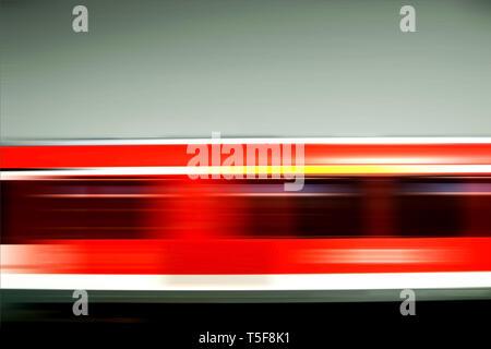 Strisce di movimento di passaggio di un trenino rosso. Ferrovia tedesca. Immagini Stock