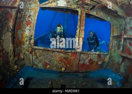I subacquei peer attraverso windows sul ponte della uss kittiwake Immagini Stock