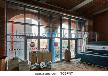 Windows e il lavoro di costruzione. Magazzino di Londra, Manchester, Regno Unito. Architetto: Archer Humphreys architetti, 2018. Immagini Stock