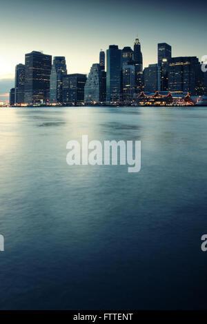 Skyline di New York al crepuscolo Immagini Stock