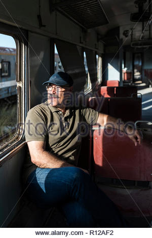 Ritratto di uomo seduto in autobus. Immagini Stock
