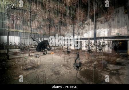 Vista interna con ceste, utilizzato come gli armadietti per i minatori in una miniera abbandonata in Germania. Immagini Stock
