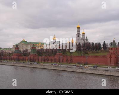 Sunny giorno di estate mosca fiume bay il Cremlino panorama . Immagini Stock