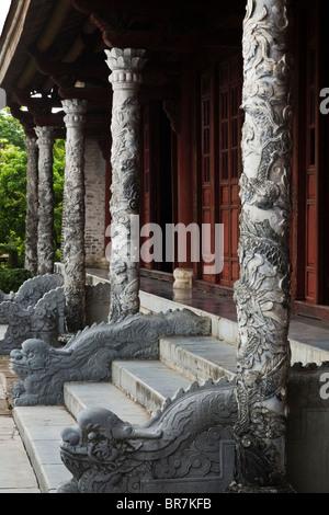 Il Vietnam, la tinta, la Cittadella, Enclosure imperiale, Thai Hoa Palace, pietra intagliata colonnato Immagini Stock