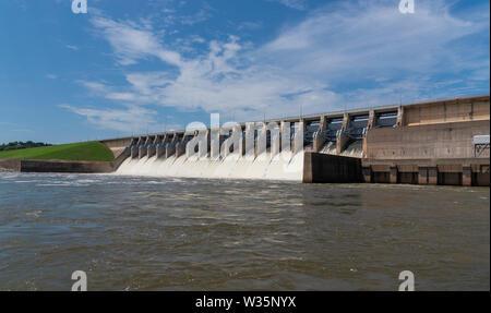L'acqua che scorre attraverso le porte aperte di un idromassaggio centrale elettrica Immagini Stock
