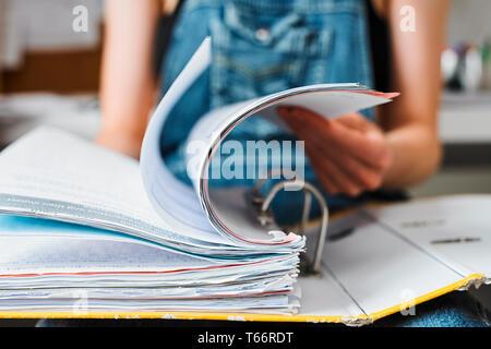 Collegio femminile studente, guardando attraverso il legante Immagini Stock