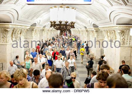 Passeggeri ad una stazione della metropolitana, Prospekt Mira Mosca, Russia Immagini Stock