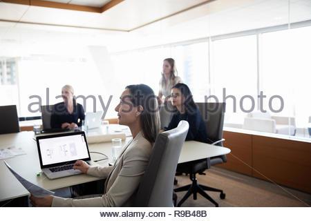 Attenta imprenditrice ascolto in sala conferenza incontro Immagini Stock