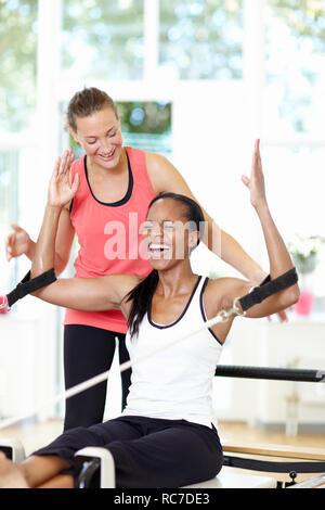 Le donne di formazione con un PT Immagini Stock