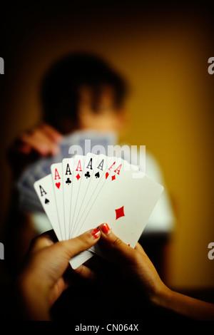 Otto Aces: bambini giocare con il gioco di carte Immagini Stock