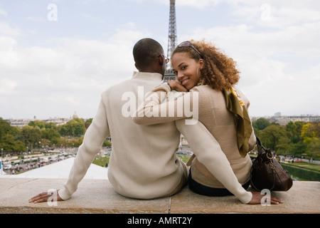 Vista posteriore del giovane africano avvolgente Immagini Stock