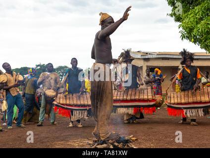 Shirtless uomo a camminare nel fuoco durante la Ngoro danza, Savanes distretto, Ndara, Costa d'Avorio Immagini Stock