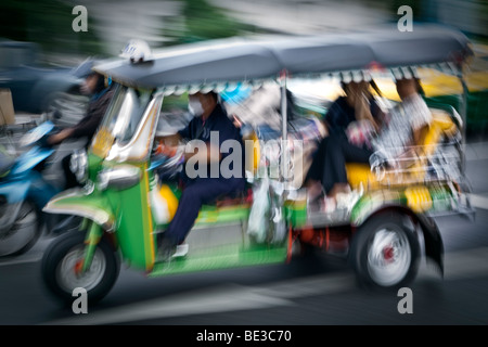 Thailandia, Bangkok, tuk-tuk (tre ruote di taxi), offuscata del movimento di esposizione di tempo Immagini Stock