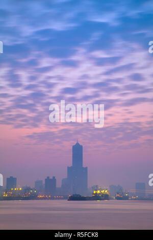 Taiwan, Kaohsiung, vista del porto che guarda verso la città e Kaoshiung 85 Sky Tower - Tunex Sky Tower Immagini Stock