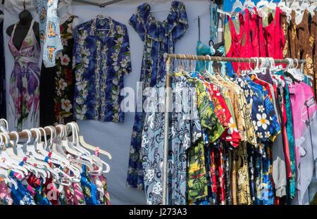 Kapaa Kauai Hawaii il mercato delle pulci con camicie hawaiane per la vendita Immagini Stock