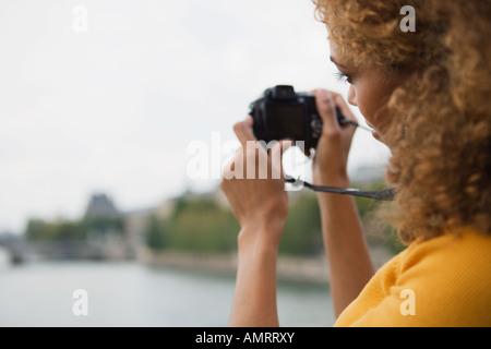 Donna africana tenendo fotografia Immagini Stock