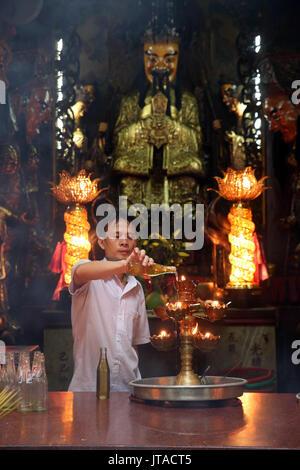 Adoratore buddista, il Tempio Taoista, pagoda dell'Imperatore di Giada (Chua Phuoc Hai), la città di Ho Chi Minh, Vietnam, Indocina, Asia sud-orientale, Asia Immagini Stock