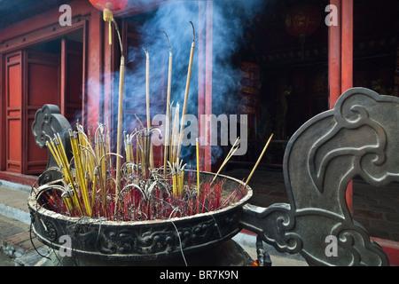 Il Vietnam, Hanoi, Lago Hoan Kiem, Ngoc Son Temple, bastoncini di incenso brucia in un enorme urna Immagini Stock