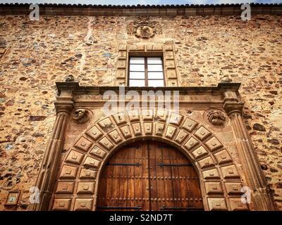 La porta del palazzo episcopale ( Palacio Episcopal ) di Caceres, Estremadura, Spagna Immagini Stock