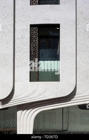 Vista in dettaglio della curva facciata in pietra. Qatar Airways La sede centrale di Londra, Regno Unito. Architetto: PLP architettura, 2019. Immagini Stock