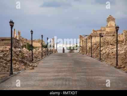 Vicolo rinnovato nel mezzo di rovinato ottomano edifici di corallo rosso, lo stato del mare, Suakin, Sudan Immagini Stock