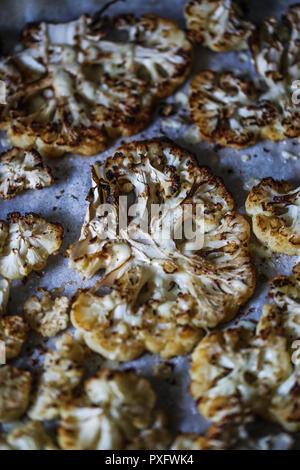 Cavolfiore arrosto su un vassoio da forno Immagini Stock