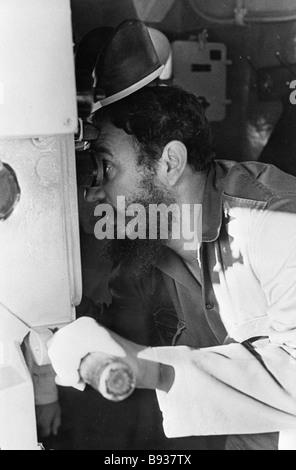 Il primo ministro Fidel Castro della Repubblica di Cuba guarda attraverso il periscopio del sommergibile durante Immagini Stock