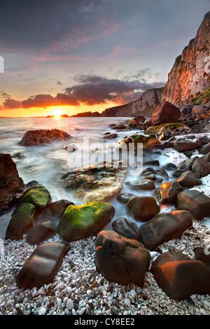 Larrybane sulla costa di Antrim catturata a sunrise. L'Irlanda del Nord. Immagini Stock