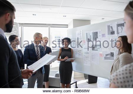 Architetti discutendo blueprint, pianificazione in office meeting Immagini Stock