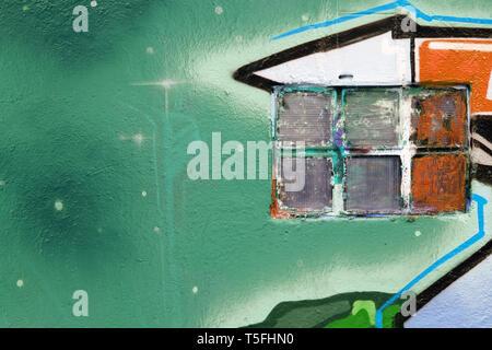 Il dettaglio di una finestra dipinta su un muro colorato. Immagini Stock