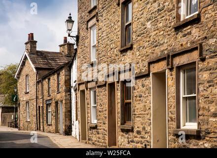 Regno Unito, Cumbria, York, Main Street, tradizionale antica strada lampada su un angolo del case di pietre Immagini Stock