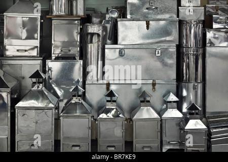 Il Vietnam, Hanoi, scatole di metallo e contenitori a un display di strada Immagini Stock