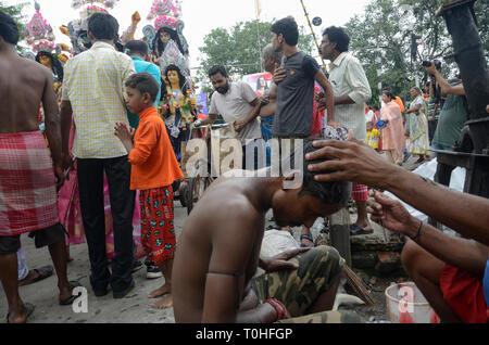 Rasatura barbiere in street, Calcutta, West Bengal, India, Asia Immagini Stock