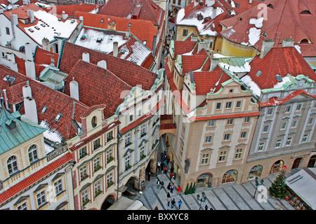 Tetti innevati nel centro di Praga Immagini Stock